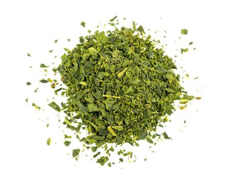 Top luchtfoto van losse blad groene thee op wit wordt geïsoleerd