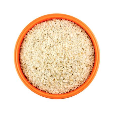 celulosa: Tazón naranja de psyllium cáscaras aisladas sobre fondo blanco Foto de archivo