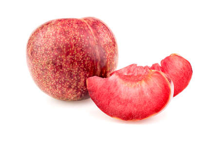 ciruela: Fruta pluot entero con deliciosas rebanadas jugosas en blanco