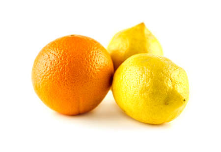 naranja fruta: Limones maduros org�nicos vibrantes y frutas de color naranja Foto de archivo