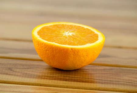 naranja fruta: Corte de Orange fruta por la mitad Foto de archivo
