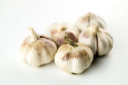 Group of unpeeled whole garlic heads isolated on white Imagens