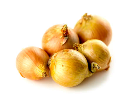 Five onions of various sized studio isolated Imagens