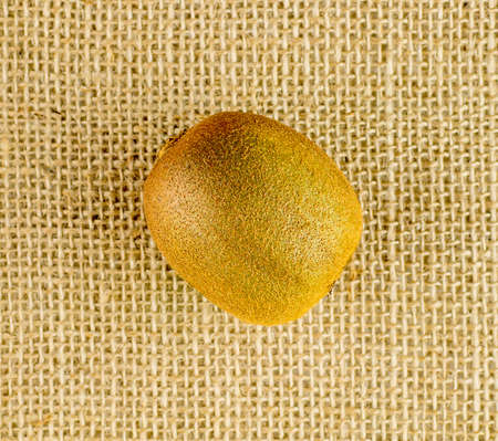 kiwi fruta: Aerial of golden brown organic kiwifruit