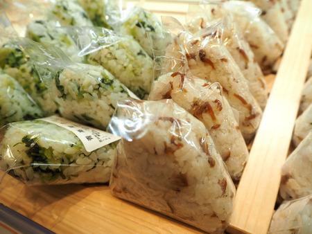 rijst: apanese food onigiri rice balls macro