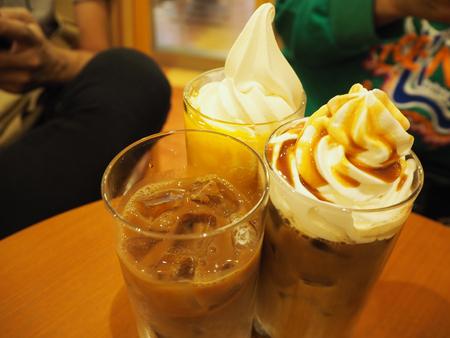 Caffè di ghiaccio con crema di fagioli e caffè montata