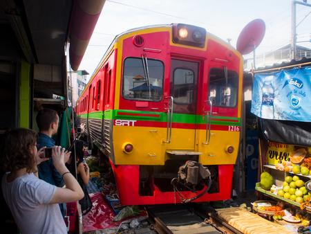 Mercato dell'ombrello (Maeklong Railway Market) mercato fresco, Thailandia
