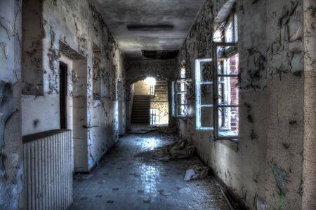 ventanas abiertas: ventanas abiertas en el corredor