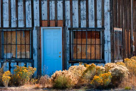 スチールバーは、古い放棄された建物の窓を覆っています。