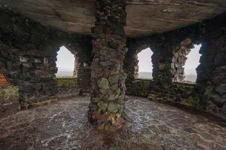 Binnen Dee Wright Observatorium gebouwd uit lavasteen, op McKenzie pass Summit, door het Civilian Conservation Corp in 1935. Het ligt in een 65 vierkante mijl groot veld van zwarte lava dat afkomstig was van de nabijgelegen vulkaan, Belknap, die een eerdere lavastroom van Yapoah overlapt Kegel, in de Cascade Range in Oregon.