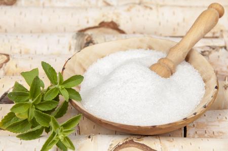azúcar y stevia hojas de abedul de un fondo perra