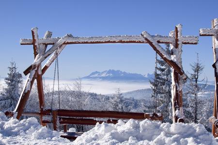 Montagnes d & # 39 ; hiver au-dessus au-dessus des nuages Banque d'images - 95119515