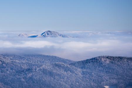 Montagnes d & # 39 ; hiver au-dessus au-dessus des nuages Banque d'images - 95119517
