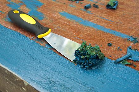 renovatie meubels - verwijderen van blauwe verf met spatel Stockfoto