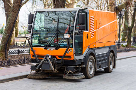 Garbage collection machine on the city streets. The problem of cities is a lot of rubbish. The sweeper works instead of the windshield wipers. Standard-Bild