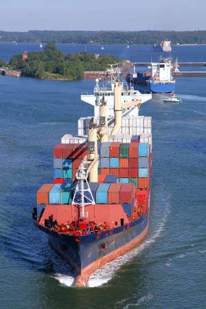 containerschip: containerschip op Kiel Canal Stockfoto