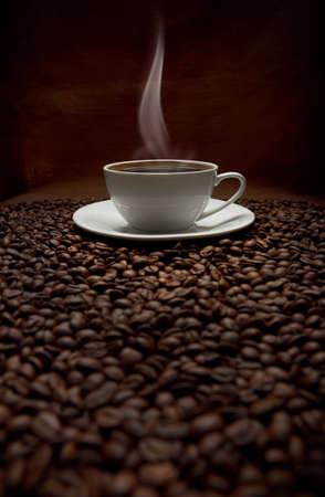 drinking coffee: taza de humeante caf� con granos