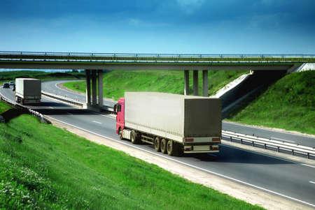 flyover: vrachtwagens op een weg