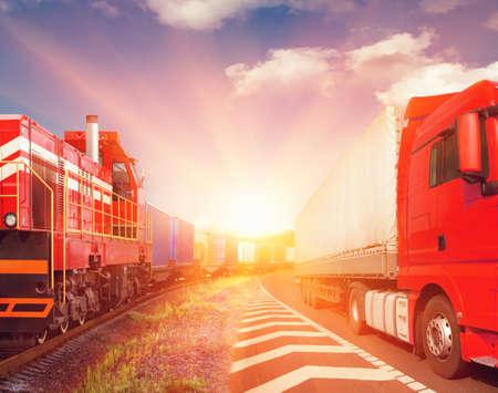 ferrocarril: tren de carga y camiones como el concepto de transporte Foto de archivo