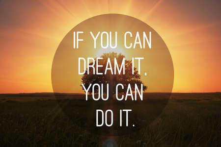 inspiracion: Cita de motivaci�n para hacer que los sue�os se hizo realidad en la puesta del sol m�gica con el fondo del �rbol Foto de archivo