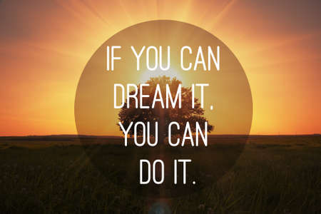 Motivační citát, aby se sny se naplnily na magické západu slunce s strom pozadí