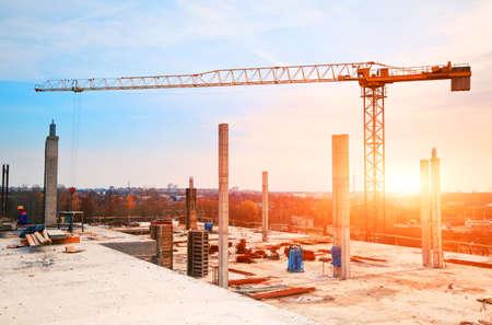 construccion: torre de la grúa en el sitio de construcción en la mañana la luz del sol Foto de archivo