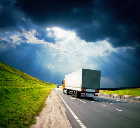 ciężarówka: ciężarowe pod kolorowe niebo