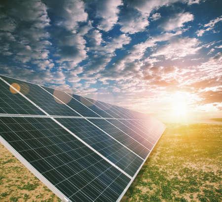 L'energia solare pannelli  Archivio Fotografico - 46592712