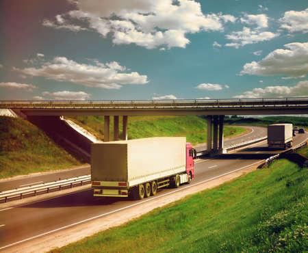 remolque: camiones en una carretera Foto de archivo