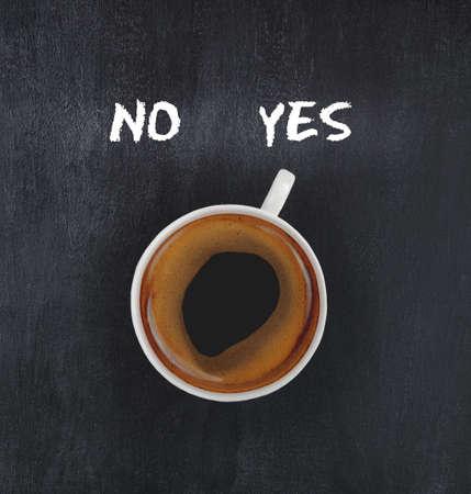 despertarse: taza de solución de café que muestra