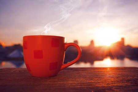 sunrise: Morgenkaffee mit Blick auf die Stadt im Sonnenaufgang