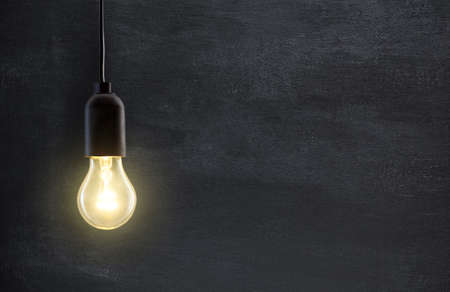 Gloeilamp lamp op schoolbord achtergrond met kopie ruimte Stockfoto