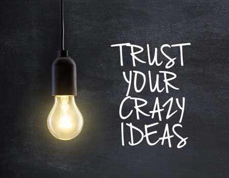 fond de texte: Lampe à ampoule sur fond tableau avec l'idée de devis