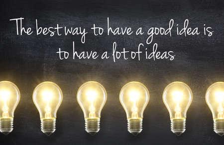 leuchtend: Glühlampe-Lampen auf Tafel Hintergrund mit Idee Zitat