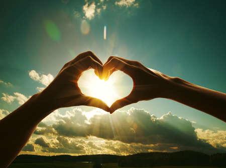 corazon en la mano: las manos en forma de corazón el amor Foto de archivo