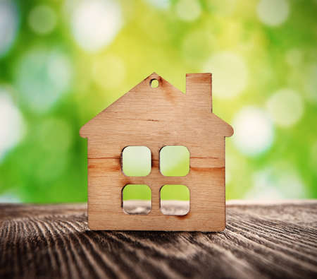 自然の背景に木造住宅シンボル 写真素材