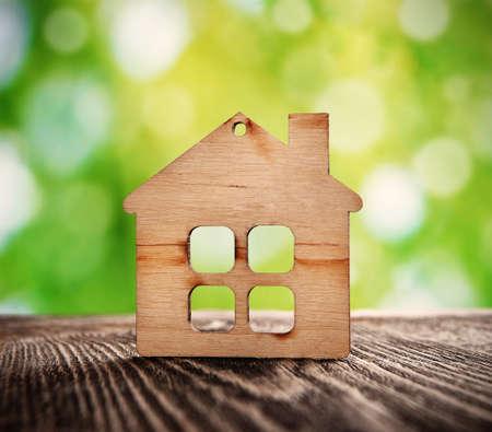 dream: dřevěný dům symbol na pozadí přírody Reklamní fotografie