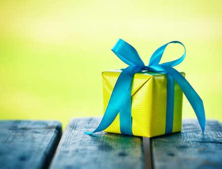 gift box op houten tafel op natuurlijke zonnige achtergrond
