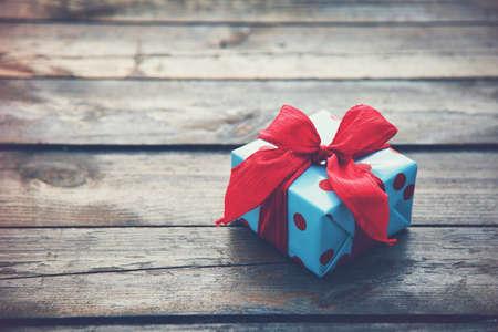 sorpresa: caja de regalo sobre la mesa de madera como fondo natural con copyspace