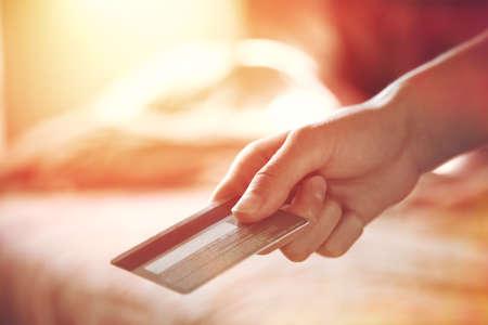 pagando: lado la celebración de la tarjeta de crédito Foto de archivo