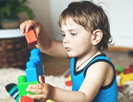 乳幼児: かわいい男の子のおもちゃのブロックとレンガで遊んで 写真素材