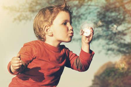burbujas de jabon: Ni?o soplando burbujas de jab?n