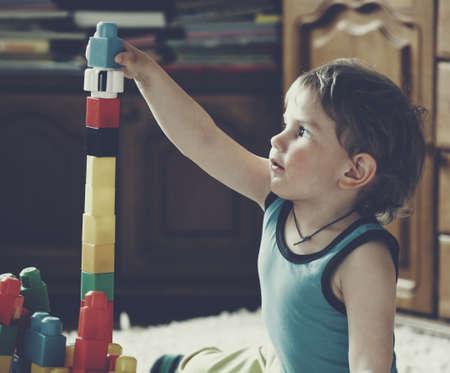 juguetes: chico lindo jugar con bloques de juguete y ladrillos