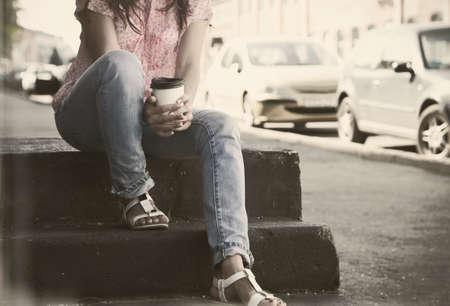 taza de te: tomados de la mano por la ma�ana taza de caf� en la calle de la ciudad