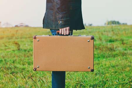 uomo che tiene valigia. bianco per il testo o di un logo