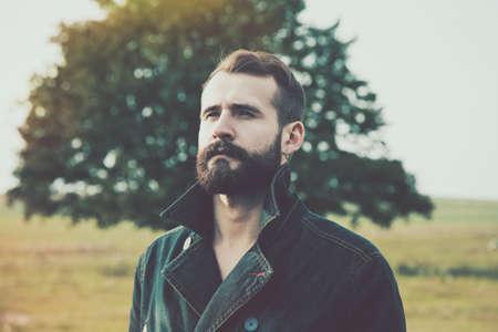 帥氣的大鬍子男人的自然背景的人像 版權商用圖片