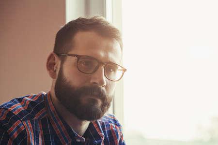 hombre con barba: hombre de la barba y guapo con camisa a cuadros y gafas de pensar