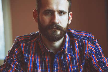 hombre con barba: Retrato de hombre con barba seus guapo en camisa de cuadros