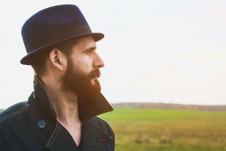 hombre con barba: Retrato de hombre con barba y guapo con sombrero. Espacio para el texto Foto de archivo