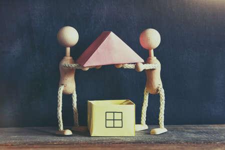 新しい家を建てる木造の小さな男性
